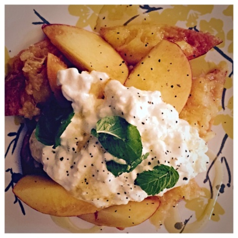 Peaches with cottage cheese, honey, pepper and mint